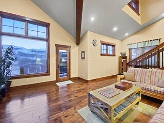 FREE SkyCard Activities - Close to Town, Private Hot Tub, Mountain Views