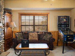 Log Cabin Getaway - Five minutes from Branson Shopping & Entertainment!