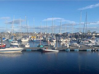 Harbour View - Modern waterfront Apartment with free parking!