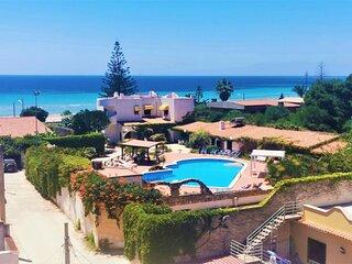 Villa Adriana, fronte spiaggia, con piscina privata, 5.ooo mq di giardino