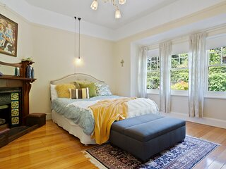 Twyford  - lovely 1923 fully equipped property close to city | sleeps up to 9