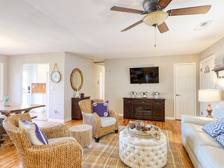 Lovely family-friendly home w/screened-in porch/back yard/free WiFi/lagoon views