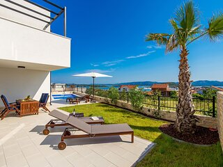 SeaByMe Luxury Apartment with Private Pool & Garden