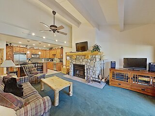 Cozy One Bedroom Condo with Loft - Access to Hot Tub! Free WiFi and Parking