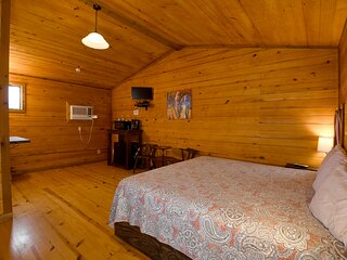 Cabin #16 - Cozy king room with tasteful decor