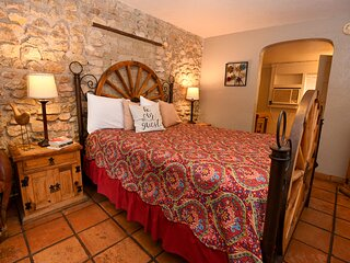 Comfortable Charming Inn Room - Walking Distance to Town