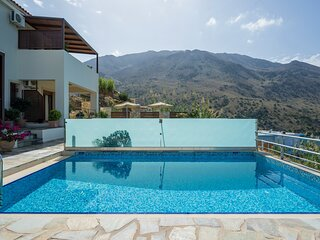 Family Villa Bluefairy Rea w/Pool, walk to Restaurants! 2 km to the Beach!