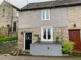HIGH VIEW COTTAGE, Romantic, Open-plan living, En-suite, Castleton
