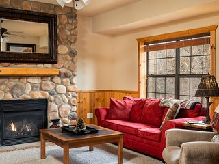 Cozy Cabin with Gas Fireplace & Screened Balcony - Perfect Getaway!