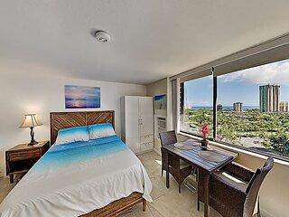Sunlit Studio in Hawaiian Monarch   Ocean Views   Pool, Hot Tub & Gym