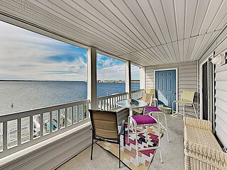 Harbour Towne Haven w/ Beautiful Bay Views, Private Balcony & Bayside Pool