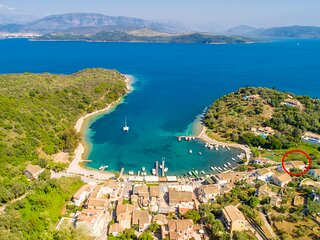 Spiros: Walk to Beach, Sea Views, A/C, WiFi, Car Not Required