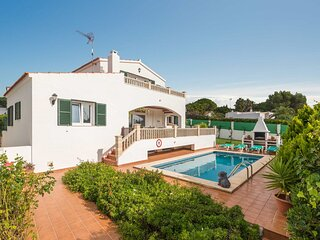 Villa Rasen: Large Private Pool, Walk to Beach, Sea Views, A/C, WiFi