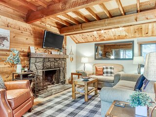 Cabin-inspired, remote work friendly home w/ bikes & SHARC - centrally located!