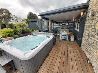 Bluebell Lodge, Hot Tub, country views, Close to pub, splash pool, BBQ sleeps 8