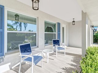 LUXURIOUS UPDATED BUNGALOW - 0.9 MILE TO BEACH
