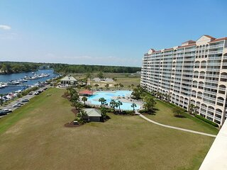Beautifully Decorated End Unit in Yacht Club Villas! Great Views of the Water