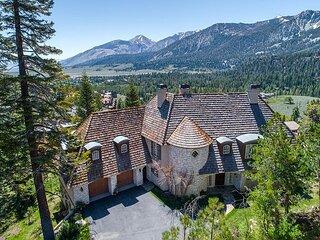 Unique, 5000+ sq ft Residence in Juniper Ridge, Sleeps 10!