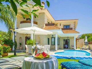 Villa Charianna: Large Private Pool, Walk to Beach, Sea Views, A/C, WiFi