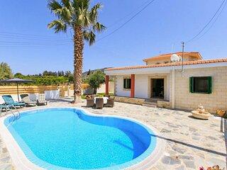 Villa Constantinos: Large Private Pool, Walk to Beach, Sea Views, A/C, WiFi