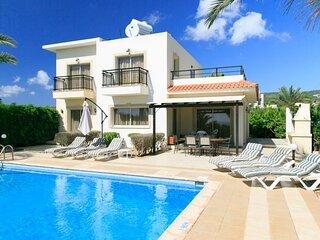Villa Valia: Large Private Pool, Walk to Beach, Sea Views, A/C, WiFi