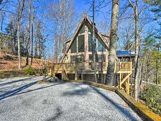 NEW! Renovated Chalet-Style Escape < 1 Mi to Town!