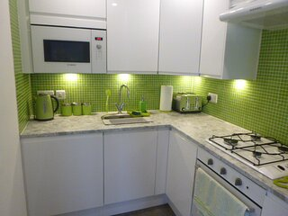 BOURNECOAST: MODERN APARTMENT IN CENTRAL HIGHCLIFFE WITH WIFI & PARKING - FM6328