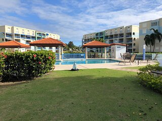 Beachfront modern condo, Golf, Beach, Pool, WiFi and more. Sleeps 6