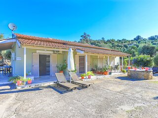 Amalia Ena: Ideal for four, air-conditioned, in an olive grove, close to Saint