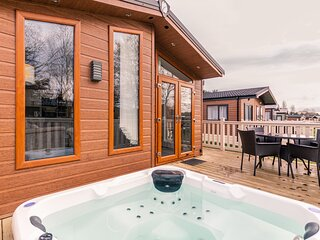 Juniper Lodge with Hot Tub