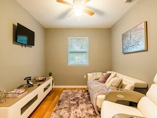 Cute Cozy Bungalow Down Town Tampa  With 6 Person  Jacuzzi