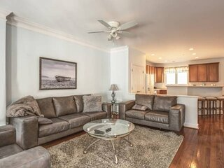 SPECIAL RATES. Fantastic, Spacious 4BR 3.5 Bath Townhouse w/Linens. Outdoor Pool