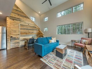 Rainbow Ridge | Chic Pet-Friendly Home With Fire Pit, Deck & Charcoal Grill!
