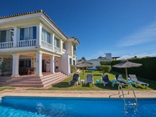 Private pool, Jacuzzi, Pool/Table Tennis, WIFI, A/C, Shops, 3 min to Port.