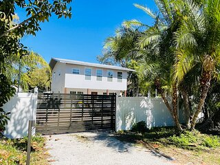 Paradise 4 Bedroom Pool Home Close to Siesta Key Beach and IMG Academy