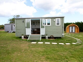 Robins Nest - Luxury Self Contained Shepherds Hut in Picturesque Happisburgh
