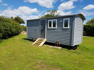 Squirrels Drey, Luxury Self Contained Shepherds Hut in Picturesque Happisburgh