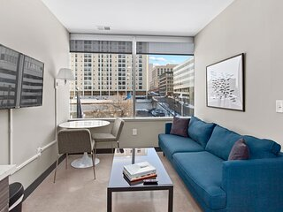 Luxe DT 1BR with Free Parking by Zencity