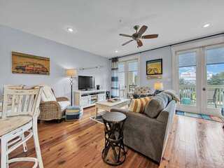 Private Beach Access! Community Pool/Updated 1 BR condo w/King Bed/Convenient Lo