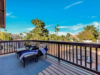 NEW LISTING! Close to DOWNTOWN, pool & spa, BALCONY, EASY access to restaurants