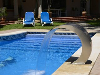 Central, beach access, pool, parking, 5 mins to Port & Town, WIFI, Air con.