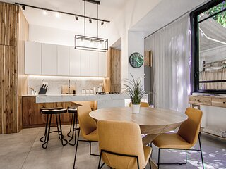 Luxury 2bd/2bth Apartment w/ Private Garden