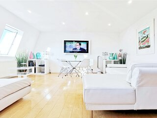 Stunning luxury penthouse in charming ideal central location 5 minutes to tube