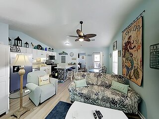 Paws-sea-tively Beachy   Fireplace & Fenced Yard   3-Minute Walk to Gulf