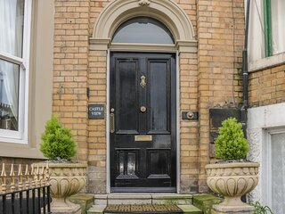 CASTLE VIEW, Victorian house, woodburner, stylish character accommodation