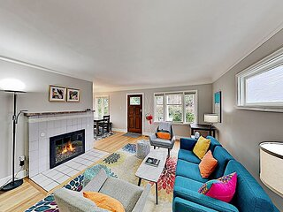Cozy Retreat¦Walk to Green Lake¦Home Gym, Office, Fenced Yard & New Kitchen