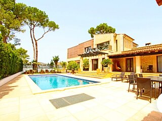 Beautiful villa with pool a few meters from the beach, restaurants, shops etc...