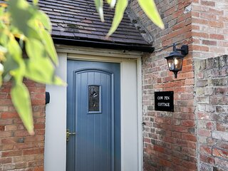 THE COW PEN, romantic, luxury holiday cottage, with a garden in