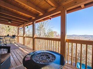 Mountain View | 3BR 3BA | Pool Table | Hot Tub & Jacuzzi | Gas Fire Pit