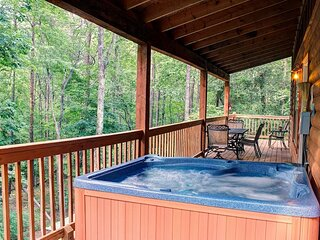 Deluxe Family Cabin | 5BR 3BA | 26ft Wood Ceilings | Hot Tub | Game Room | Pets